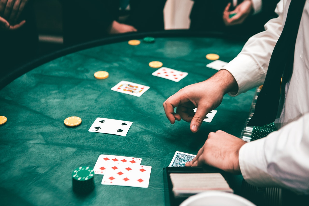 Pros and Cons of Being A Live Dealer In Live Online Casinos